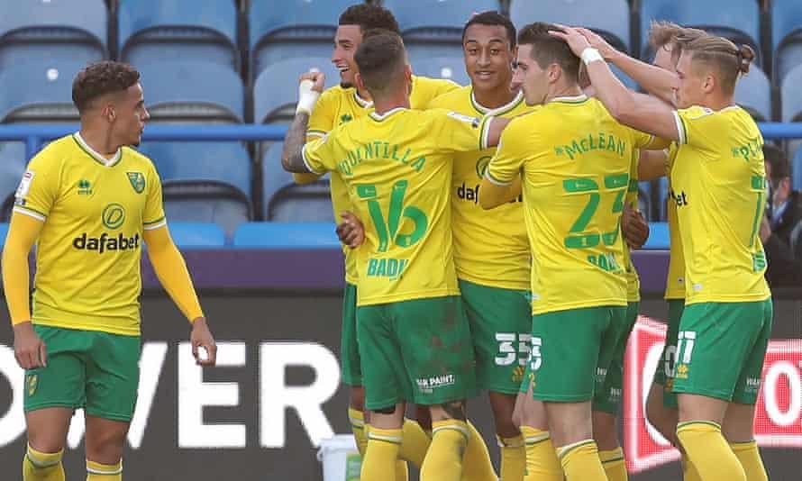 Norwich celebrate Adam Idah's late winner at Huddersfield
