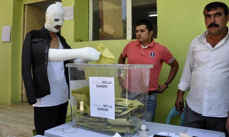 Injured man casts vote in Diyarbakir