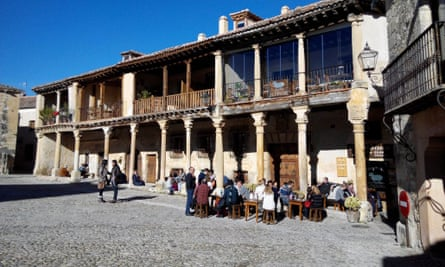 Diners at El Yantar in Pedraza savour food and courtyard views.