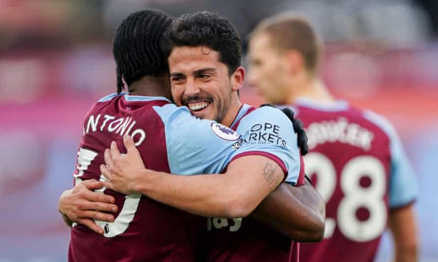 Pablo Fornals embraces Michail Antonio