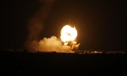 Płomienie są widoczne po izraelskim nalocie na miasto Khan Yunis w południowej Strefie Gazy, na początku 22 listopada.