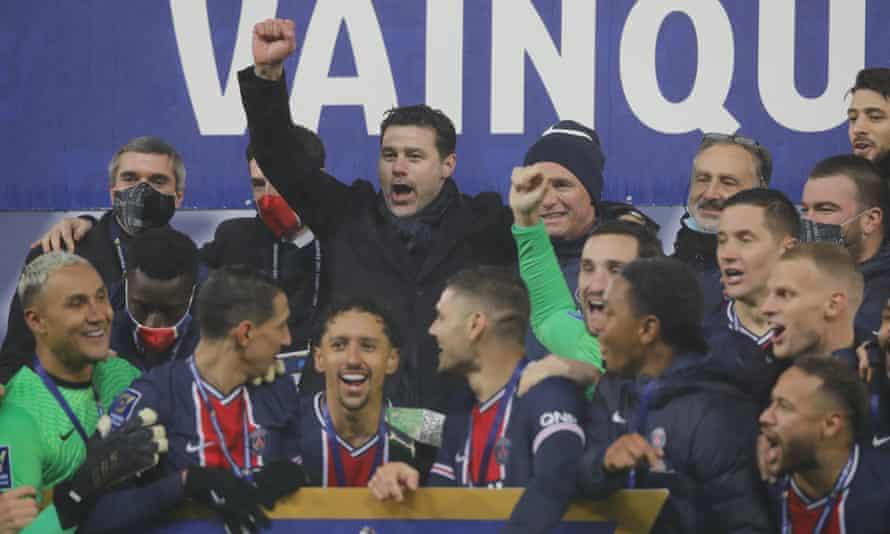 Mauricio Pochettino celebrates victory with his PSG players.