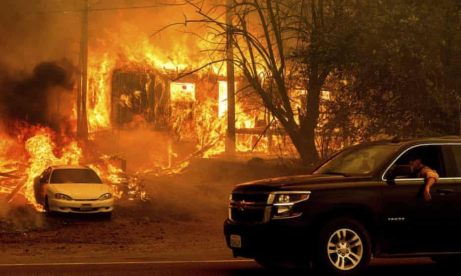 Flammen des Dixie Fire verzehren ein Haus an der Interstate 89 südlich von Greenville.