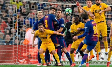 Lionel Messi scores the winner against Atlético Madrid despite Diego Costa's leap in the wall.