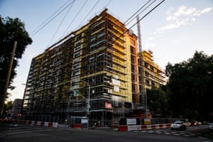 An apartment highrise under construction on the corner of Q and 15th in midtown Sacramento.