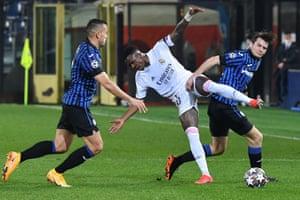 Rafael Toloi gets to grips with Vinicius Junior.
