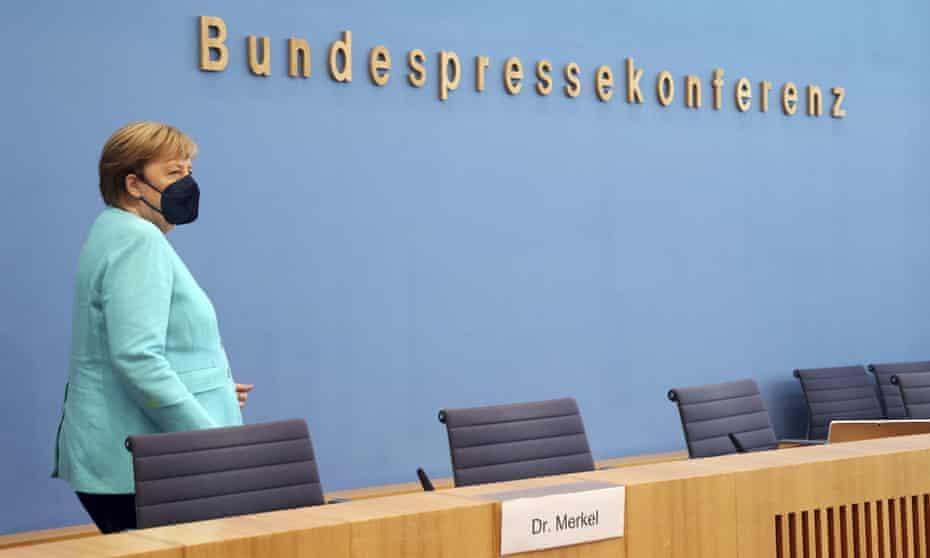 Angela Merkel ajunge la conferința de presă anuală de vară la Berlin.