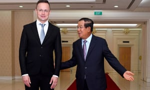 Photo taken on 3 November shows Cambodia's prime minister, Hun Sen, welcoming Hungary's foreign minister, Peter Szijjártó, during a meeting at the Peace Palace in Phnom Penh