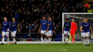 Everton's players look dejected after losing a goal at such a late stage.