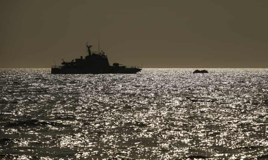 The Turkish coastguard approaches a raft with migrants in the Aegean Sea. Turkey accuses Greece of pushbacks at sea — deportations without access to asylum procedures.