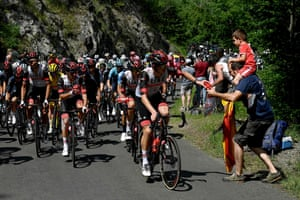 Stage 14: A rider gives away a water bottle between Carcassonne and Quillan
