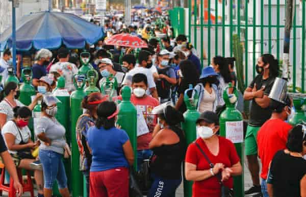 Cientos de personas en Perú esperan para recargar sus tanques de oxígeno