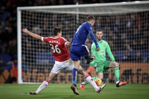 Jamie Vardy scores against Manchester United at the King Power Stadium