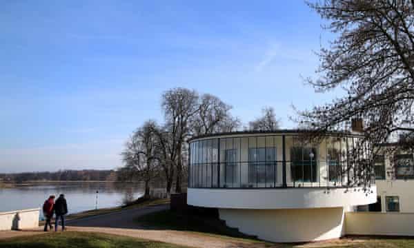 Exterior del restaurante Kornhaus con la orilla del río