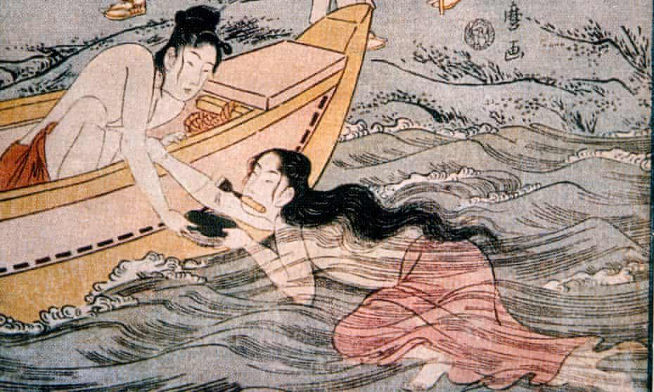 Two Japanese Women Watching Female Shellfish Divers, Woodblock by Utamaro, 1700'sCY89J6 Two Japanese Women Watching Female Shellfish Divers, Woodblock by Utamaro, 1700's
