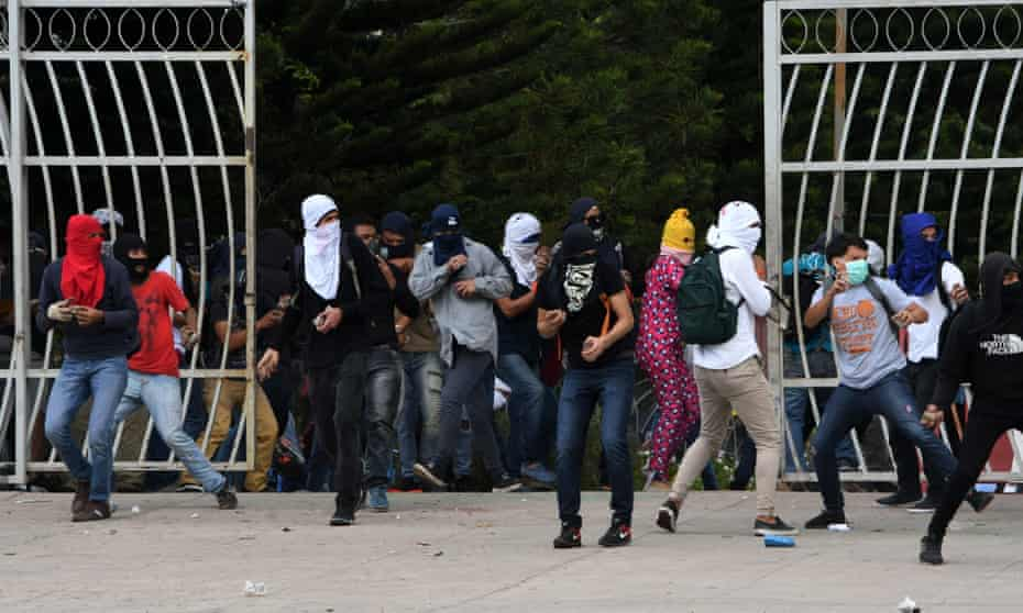 Students clash with riot police during a protest against the reelection of President Juan Orlando Hernández, in Tegucigalpa on 5 February 5, 2018.