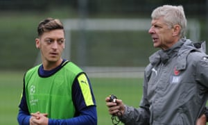 Mesut Özil chats with Arsène Wenger