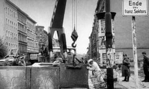 """""""谁建造了柏林墙?""""是德国公民身份测试中的一个问题。"""
