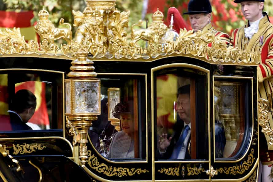 Queen Elizabth and Xi Jinping ride down the Mall to Buckingham Palace