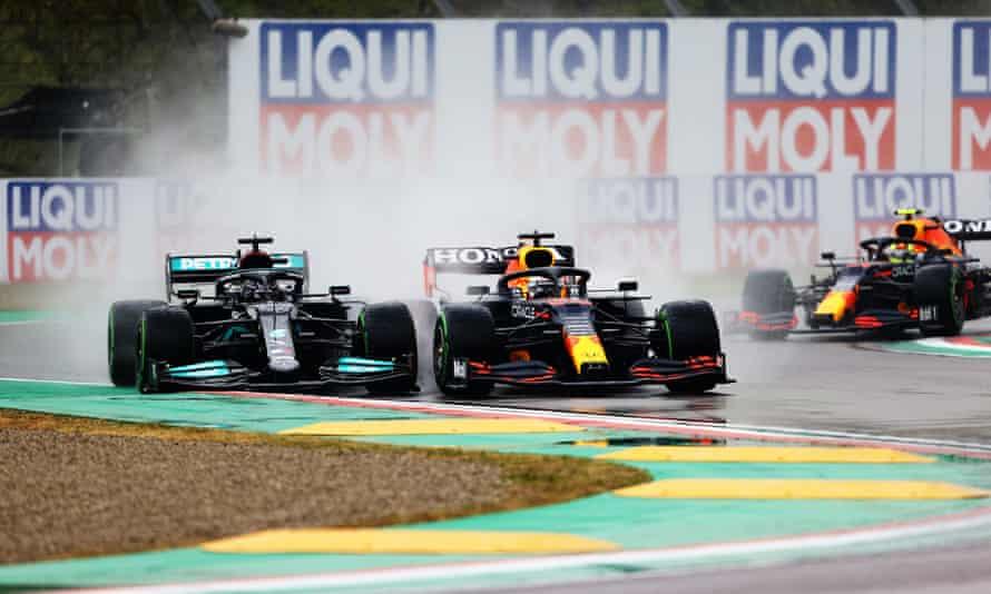 ماکس ورستاپن در دور خیس یکی از مسابقات Grand Prix Emilia Romagna F1 در Imola از لوئیس همیلتون پیشی گرفت