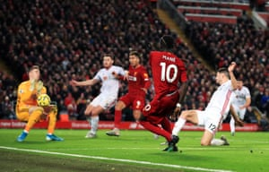 Dean Henderson stops the shot from Sadio Mane.