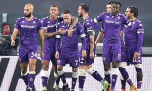 fiorentina oyuncuları, salı gecesi juventus'a karşı kazandığı meşhur deplasman galibiyetinde kutlama yapıyor.