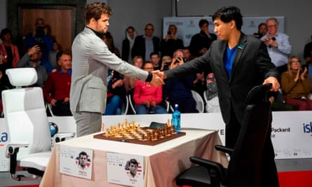 Wesley So (right) shakes hands with Magnus Carlsen at the World Fischer Random Championship Chess final.