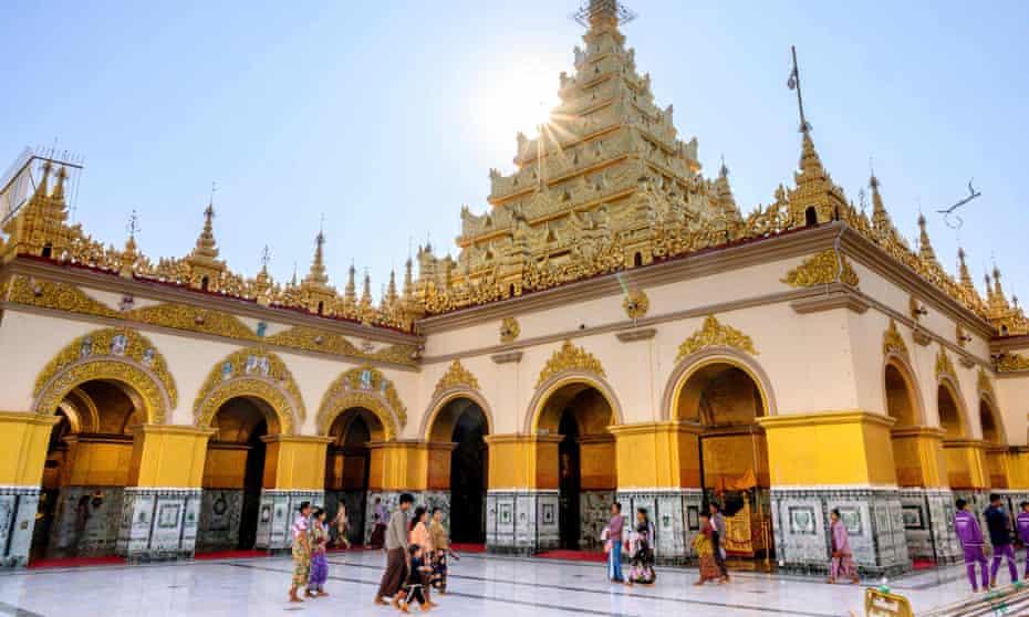 The Mahamuni temple in Mandalay, built by the Burmese king Bodawpaya in 1784.