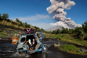 Albay, Philippines: Villagers flee as the Mayon volcano eruption continues