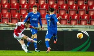 nicolae stanciu gecenin ilk golünde atış yapıyor.