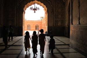 girls Badshahi mosque Pakistan