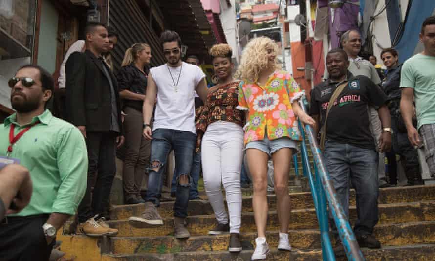 Luan Santana, Yemi Alade and Pixie Lott in favela Santa Marta
