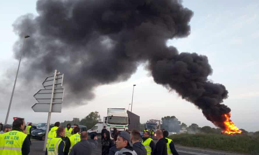 Union activists guard a traffic circle near the Normandy Bridge.