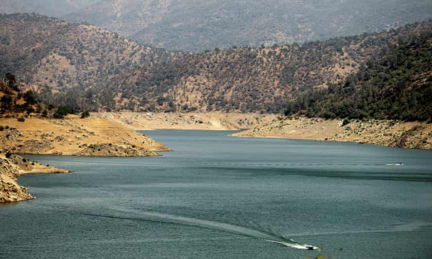 a boat crosses Pine Flat Lake in the Sierra national forest