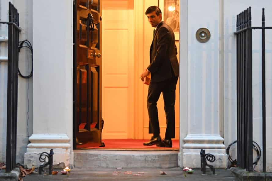 Sunak returns to 11 Downing Street after lighting the lamps.