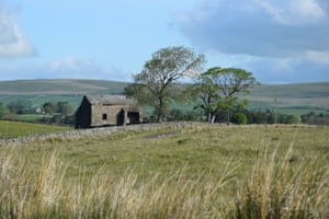 Old barn south of Ravenstonedale (now part of the Yorkshire Dales)View from road to Artlegarth looking NW to Crosby Garrett Fell