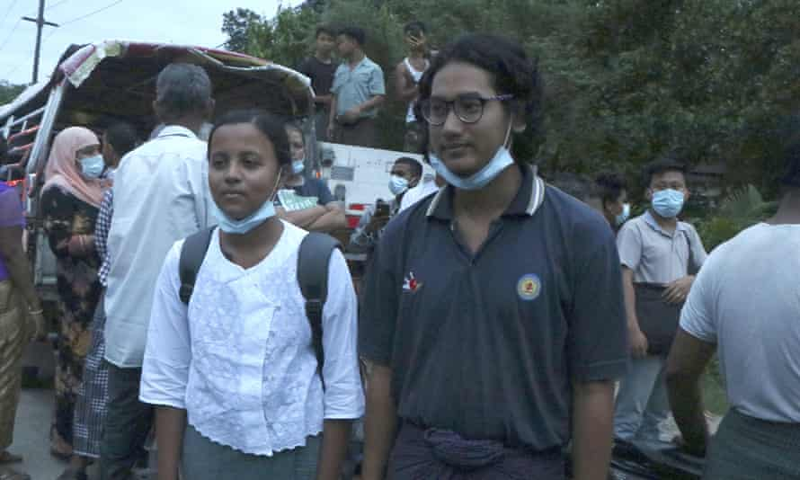 Jurnalis Kay Zon Nway dan Ye Myo Khant, setelah dibebaskan dari penjara Insein