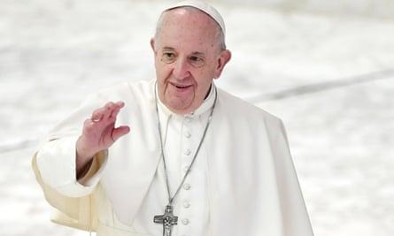 El Papa Francisco abandona su audiencia semanal en el Vaticano.