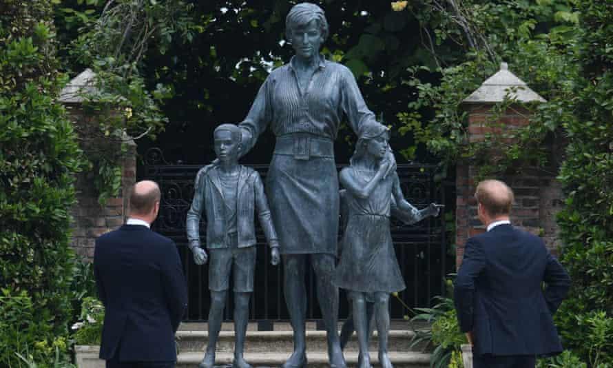 Pangeran William dan Pangeran Harry mengungkap patung ibu mereka, Diana, Princess of Wales, di taman cekung di Istana Kensington, London