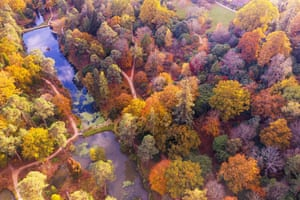 Horsham, UK. Visitors observe the autumn colours at Leonardslee Lakes and Gardens in West Sussex