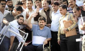 Hamid Mir surrounded by fellow journalists