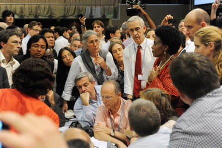 Delegates including Biniaz and Stern huddle to resolve outstanding issues at COP17 in Durban, South Africa, December 2011.