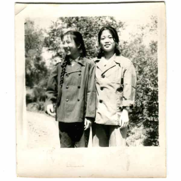 Karoline Kan's mother (right) and her younger sister. (early 1980s)