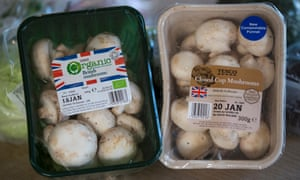 Organic and non-organic mushrooms in non-recyclable and compostable packaging