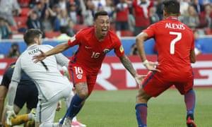 Martín Rodríguez wheels away with Alexis Sánchez