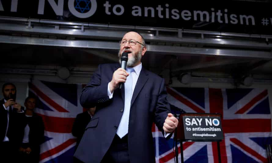 Chief rabbi Ephraim Mirvis addresses a protest in Manchester against Jeremy Corbyn's stance in 2018.