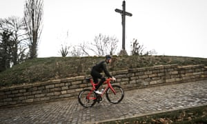 Bradley Wiggins on the impossibly steep cobblestoned Muur van Geraardsbergen, IN FLANDERS