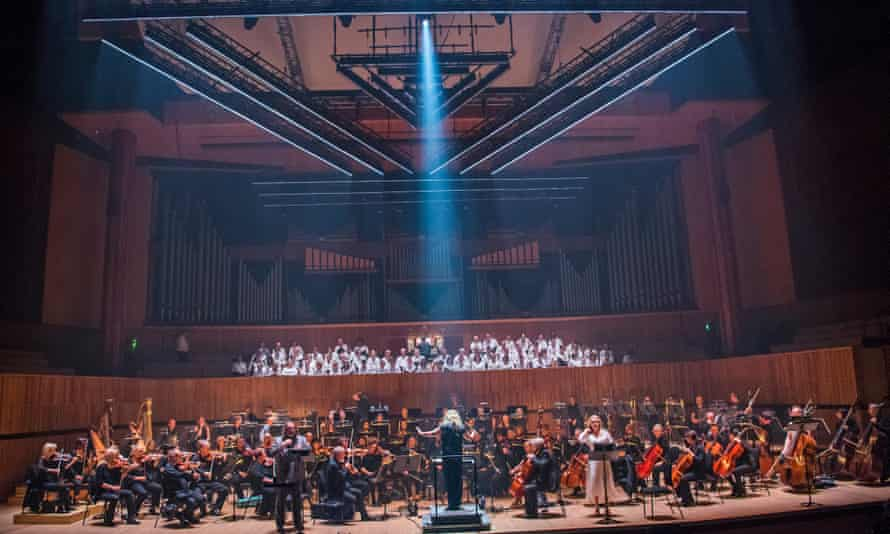 Simone Young conducts Gwyn Hughes Jones and Patricia Bardon, orchestra and chorus in The Dream of Gerontius.