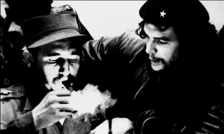 Fidel Castro (L) with Ernesto Che Guevara.
