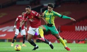 Anthony Martial de Manchester United se bat pour la possession avec Matheus Pereira de West Bromwich Albion.